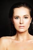Mulher bonita sensual com gotas da água na pele saudável Fotos de Stock Royalty Free