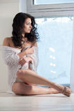 A mulher bonita senta-se em um indicador fotos de stock royalty free