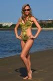 Mulher bonita 'sexy' com o cabelo louro que veste o roupa de banho e óculos de sol elegantes fotografia de stock