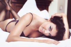 Mulher bonita 'sexy' na roupa interior Imagens de Stock