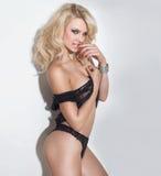 Mulher bonita 'sexy' na roupa interior Fotos de Stock