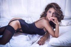 Mulher bonita 'sexy' na roupa interior Imagens de Stock Royalty Free