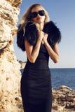 Mulher bonita 'sexy' no vestido, na pele e em óculos de sol pretos elegantes fotos de stock