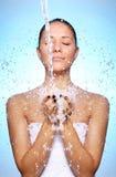 Mulher bonita sob o respingo da água Fotos de Stock Royalty Free
