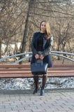 A mulher bonita sorri no parque Imagem de Stock Royalty Free
