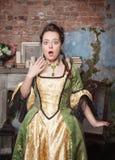 Mulher bonita surpreendida no vestido medieval Foto de Stock