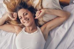 A mulher bonita tem fino em seu quarto Imagem de Stock