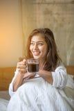A mulher bonita tem o café fotos de stock royalty free
