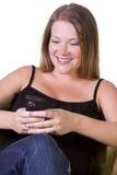 Mulher bonita Texting no sofá imagem de stock royalty free