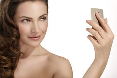 A mulher bonita toma um selfie de sorriso com smartfone imagem de stock