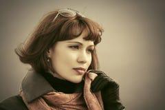 Mulher bonita triste da forma no lenço vermelho exterior fotos de stock