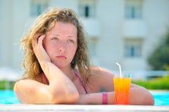A mulher bonita triste está furando na associação do hotel imagens de stock royalty free