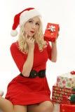 Mulher bonita vestida como Santa, guardando o presente Fotografia de Stock