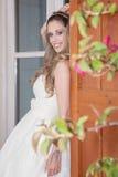 A mulher bonita vestiu-se para o partido, o baile de finalistas ou a graduação Imagens de Stock Royalty Free