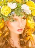 Mulher bonito com as flores no cabelo que olha afastado Foto de Stock Royalty Free