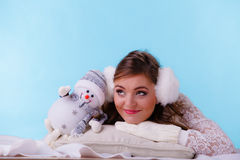 Mulher bonito com boneco de neve pequeno Fôrma do inverno Fotografia de Stock Royalty Free