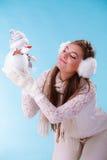 Mulher bonito com boneco de neve pequeno Inverno foto de stock royalty free