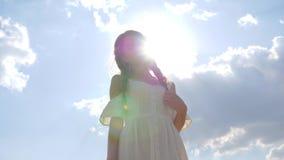Mulher bonito com cabelo da trança no vestido branco no fundo do céu azul no luminoso vídeos de arquivo