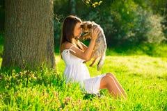 Mulher bonito com o cão na natureza fotografia de stock