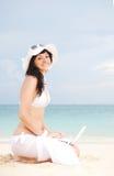 Mulher bonito com o portátil na praia do verão Foto de Stock