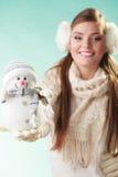Mulher bonito de sorriso com boneco de neve pequeno Inverno imagens de stock royalty free