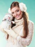 Mulher bonito de sorriso com boneco de neve pequeno Inverno fotos de stock