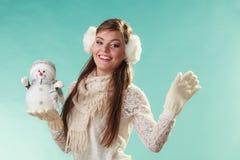 Mulher bonito de sorriso com boneco de neve pequeno Inverno fotografia de stock royalty free