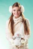 Mulher bonito de sorriso com boneco de neve pequeno Inverno foto de stock royalty free