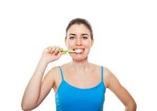 Mulher bonito e feliz que escova seus dentes Imagem de Stock Royalty Free