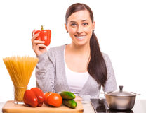 A mulher bonito está cozinhando na cozinha Foto de Stock Royalty Free
