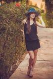 Mulher bonito nova que levanta em um parque verde fotografia de stock