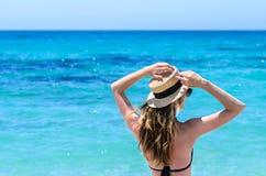 Mulher bonito nova sobre o mar de turquesa na praia tropical durante férias Fotografia de Stock Royalty Free