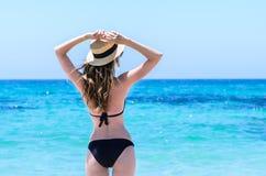 Mulher bonito nova sobre o mar de turquesa na praia tropical durante férias Fotografia de Stock