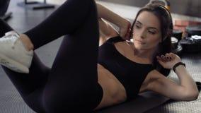 Mulher bonito que exercita no gym video estoque