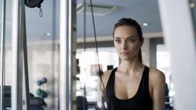 Mulher bonito que exercita no gym vídeos de arquivo