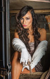 Mulher bonito que guarda a pistola Fotos de Stock Royalty Free