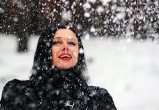 Mulher bonito que joga com neve no casaco de pele fora Imagens de Stock