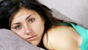 A mulher bonito que relaxa na zorra do sofá disparou com lanterna elétrica vídeos de arquivo