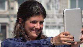 Mulher bonito que toma Selfie com tabuleta filme