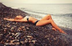 Mulher borrada na praia Fotografia de Stock Royalty Free