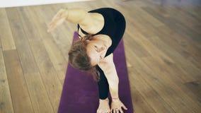 Mulher branca bonita que faz a ioga dentro, vista dianteira vídeos de arquivo