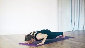 Mulher branca bonita que faz a ioga para dentro vídeos de arquivo