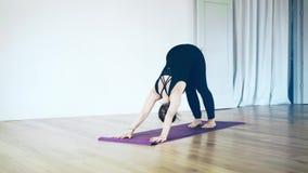 Mulher branca bonita que faz a ioga para dentro, vista lateral filme