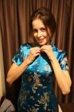 Mulher branca do russo em um vestido chinês Fotografia de Stock