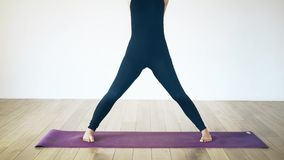 Mulher branca que faz a ioga dentro, vista dianteira filme