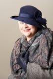 Mulher branco-de cabelo de sorriso no chapéu e no lenço Fotos de Stock Royalty Free