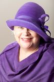 mulher Branco-de cabelo no chapéu e no xaile roxos Imagem de Stock Royalty Free