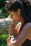 Mulher brasileira de Bautiful no yogapose fotos de stock