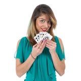 A mulher brasileira impertinente mostra cartões de vencimento do pôquer do resplendor real Fotografia de Stock Royalty Free