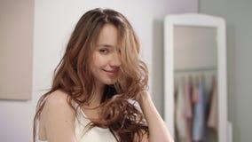Mulher brincalhão que toca no cabelo no banheiro Retrato do cabelo de secagem sensual da mulher vídeos de arquivo